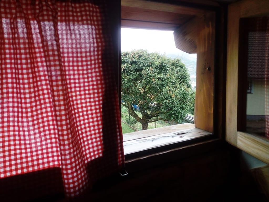 Seoska_kuca_Vidikovac_pogled kroz prozor